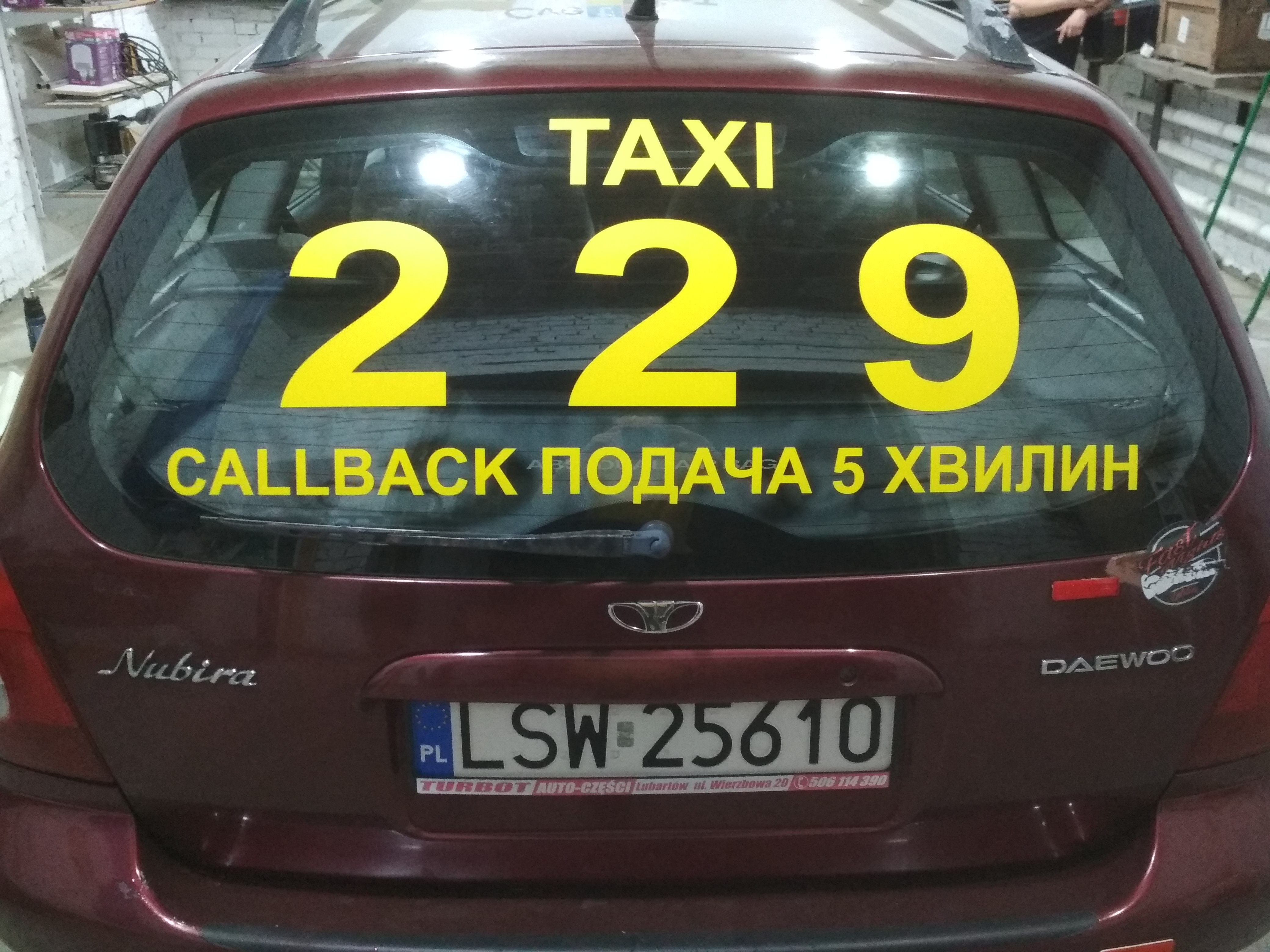 Заказать рекламу на заднее стекло такси