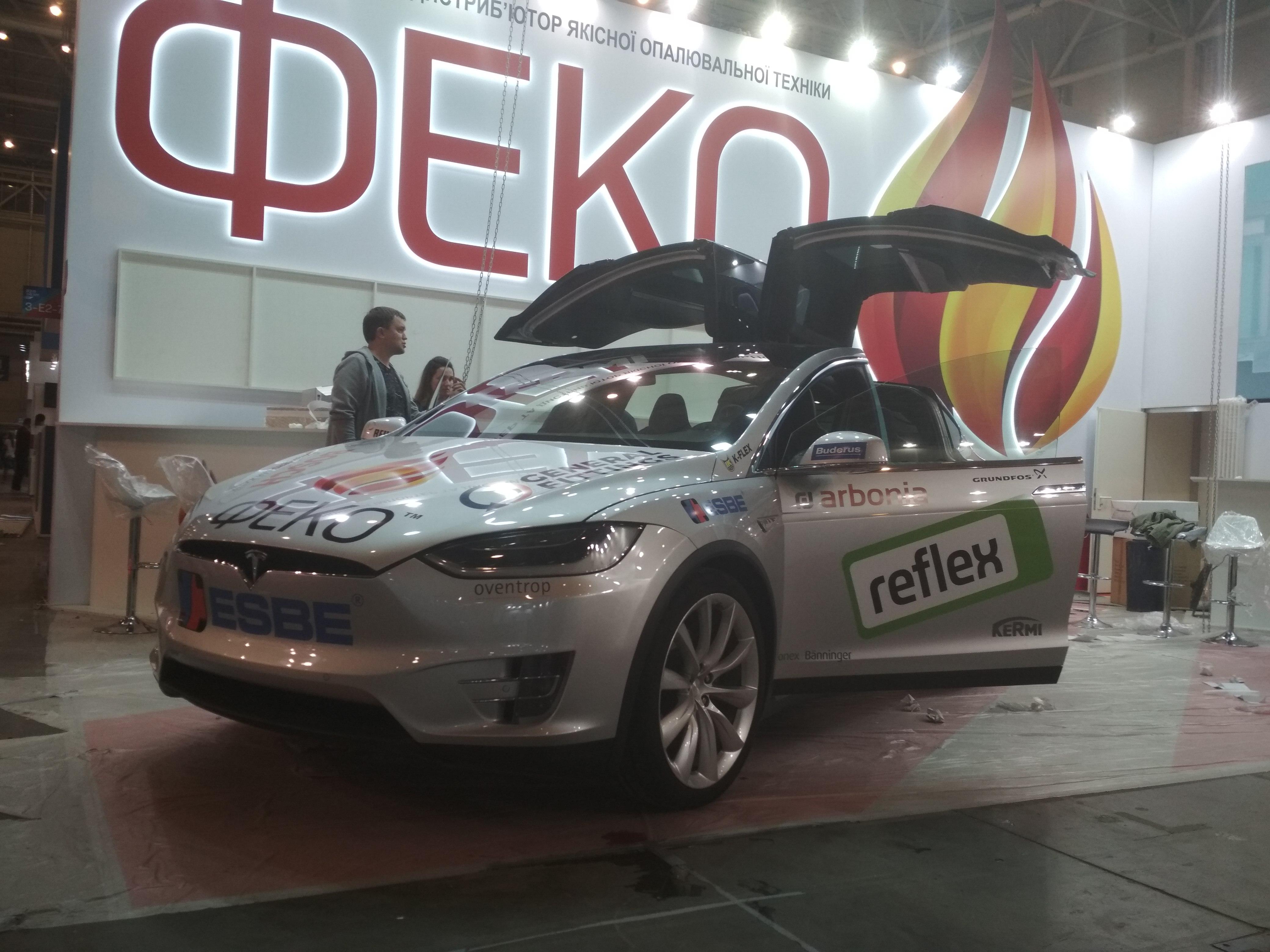 Оклейка авто рекламой на выставке